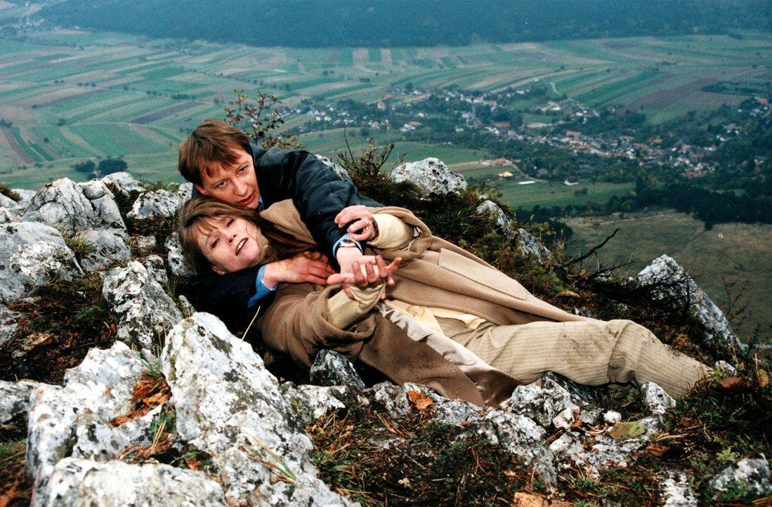 Kampf in den Bergen: Böck (Heinz Weixelbraun, hinten) und die Kindesentführerin Eva (Ursula Andermatt, vorne) ... - Bildquelle: Ali Schafler Sat.1