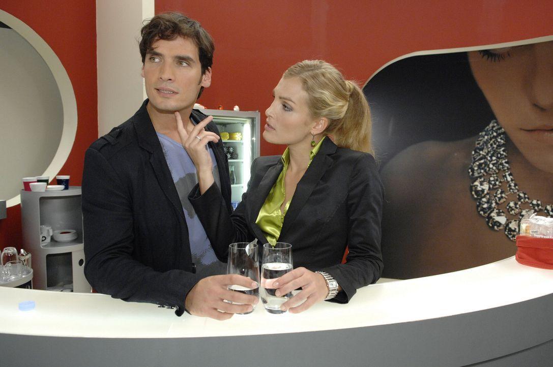 Anna und Jonas sind irritiert von der überraschenden Zusammenarbeit zwischen Alexander(Paul Grasshoff, l.) und Annett (Tanja Wenzel, r.) - noch abe... - Bildquelle: Sat.1