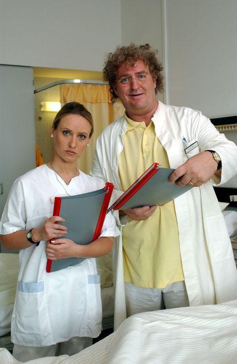 Dr. Mens (Markus Maria Profitlich, r.) macht Visite im Krankenhaus, begleitet von einer jungen Kollegin (Gabrielle Odinis, l.). - Bildquelle: Sat.1