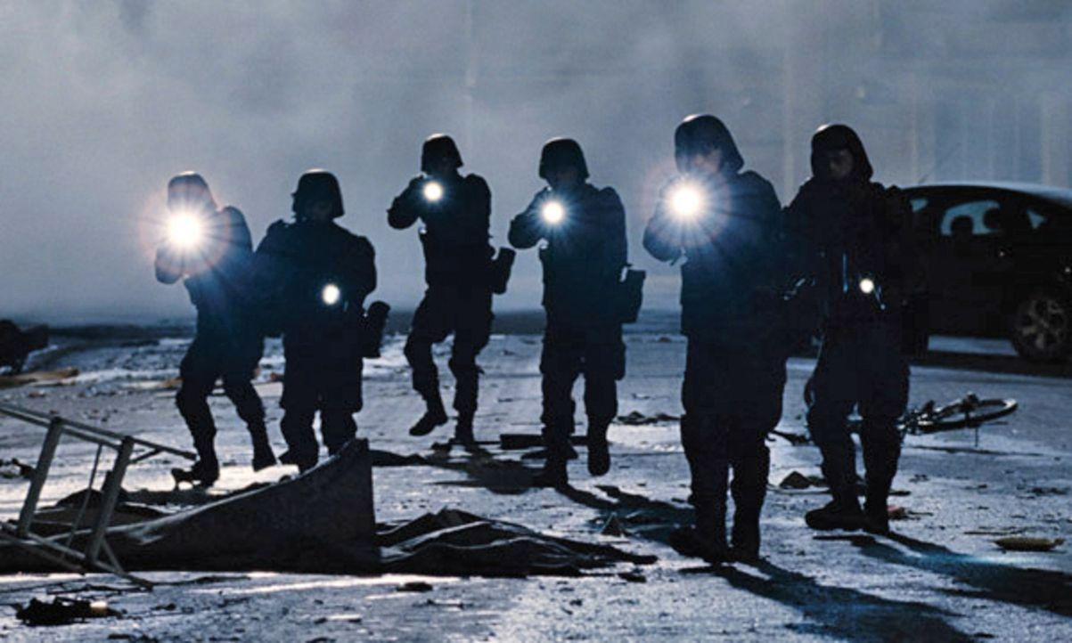 Als sieben junge Studenten von einem Campingausflug in der Wildnis nach Hause zurückkehren, fehlt von ihren Familien und Freunden jede Spur, Dörfer... - Bildquelle: Splendid Film