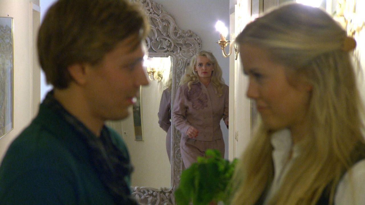 Hotelfachfrau Eva (r.) wird seit Jahren von ihrer Stiefmutter Beate (M.) schikaniert. Diese hat das Hotel von Evas Vater vor der Insolvenz gerettet... - Bildquelle: SAT.1