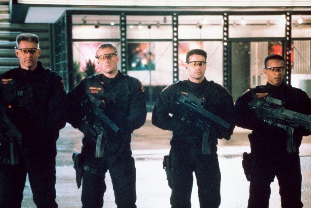 Die von einem Computer gesteuerten Universal Soldiers schlagen hemmungslos zu ... - Bildquelle: Columbia TriStar Film GmbH
