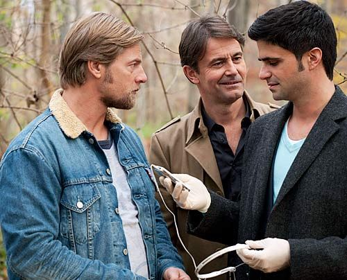 Als Mick (Henning Baum, l.), Andreas (Maximilian Grill, r.) und Meisner (Robert Lohr) die Tatwaffe finden, einen MP3-Player, fällt der Verdacht auf... - Bildquelle: Martin Rottenkolber - Sat1