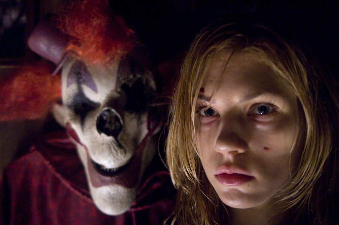 Eines Tages soll Tabitha (Katheryn Winnick, r.) die Kinder ihrer Schwester hüten. In deren Haus angekommen, findet sie eine lebensgroße Clownpuppe... - Bildquelle: 2009 Warner Bros.