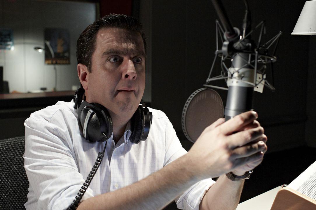 Versehentlich beleidigt Bastian (Bastian Pastewka) in seiner wöchentliche Radio-Show einen jungen Anrufer, was den Programm-Verantwortlichen nicht v... - Bildquelle: Guido Engels SAT.1