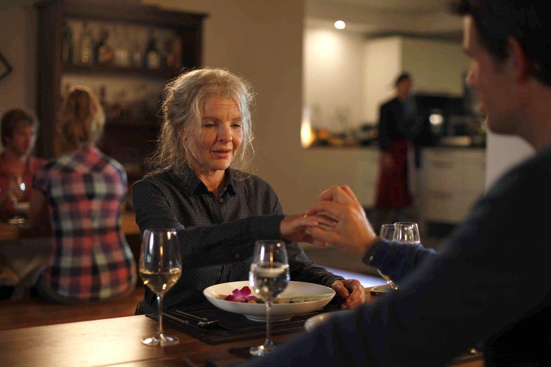 Mark (Steffen Groth, r.) ahnt nicht, dass die alte Dame in Wirklichkeit Melanie (Yvonne Catterfeld, l.) ist, und berichtet von seinen Heiratsgedanke... - Bildquelle: SAT.1