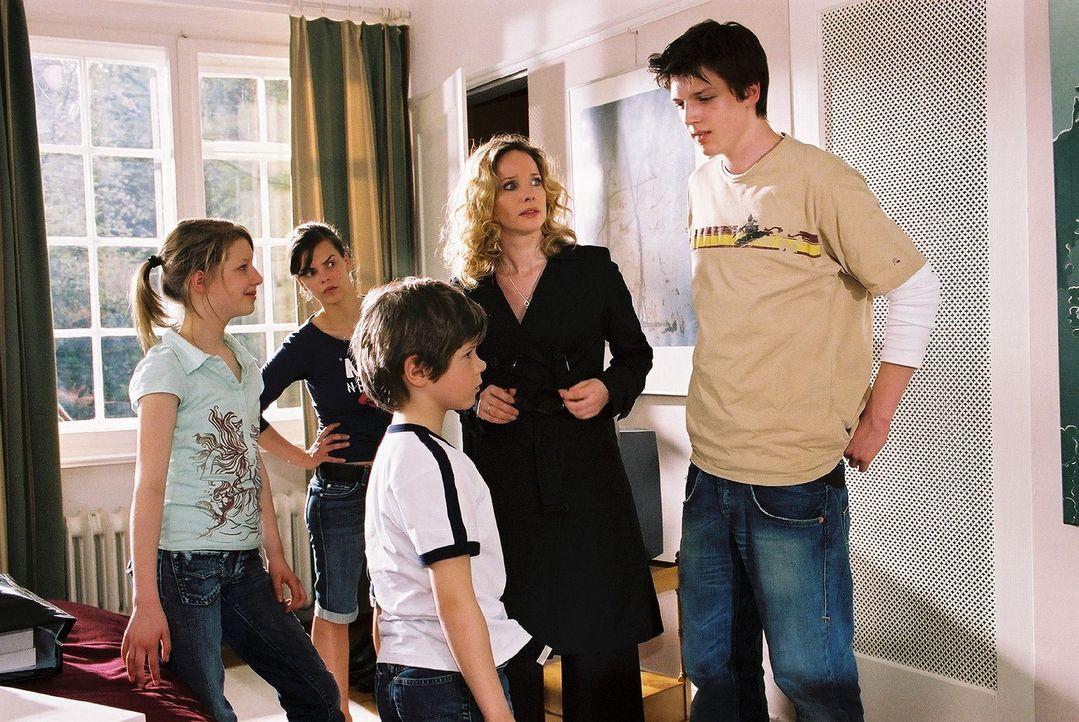 Die Windscheid-Kinder Janina (Karla Spirandelli, l.), Kirsten (Camilla Renschke, 2.v.l.), Benny (Paul Zerbst, M.) und Micha (Ivan Spirandelli, r.) b... - Bildquelle: Sat.1