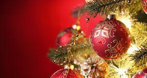 Wie wär's mit rot-goldener Deko? So erstrahlt Ihr Baum im festlich-eleganten...