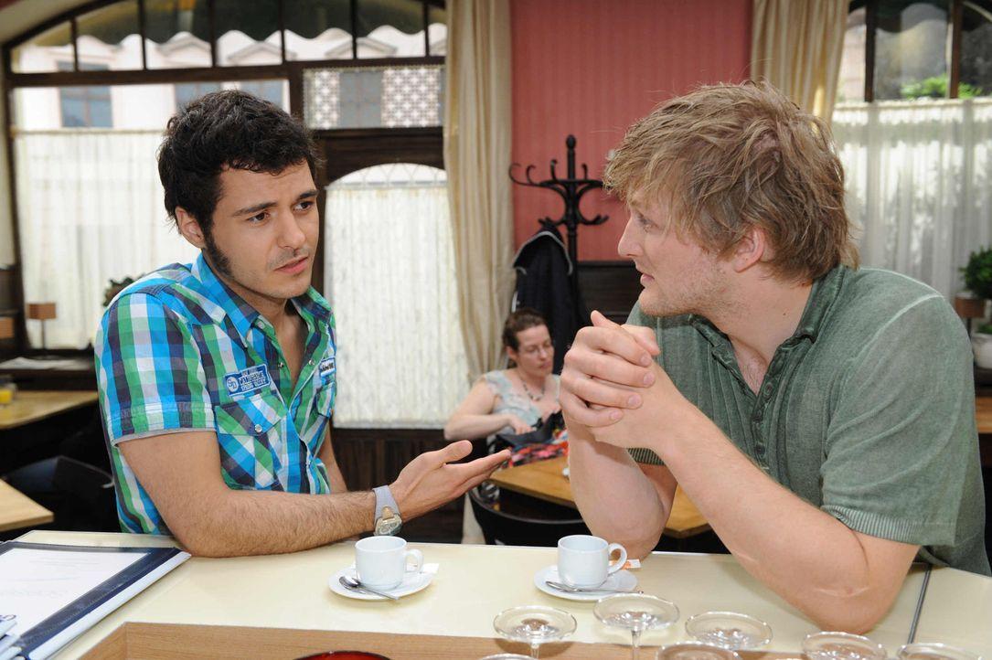 Julian (Bo Hansen, r.) macht Maik (Sebastian König, l.) ein Jobangebot, das der jedoch nicht annehmen will. - Bildquelle: SAT.1