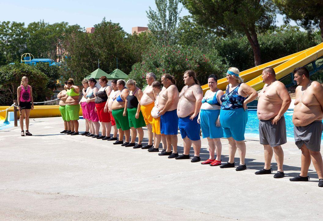 Im andalusischen El Ricio geht es 20 Kandidaten an die Pfunde. Zum Auftakt der Abspeck-Challenge hat Teamchefin Dr. Christine Theiss (l.) gleich ein... - Bildquelle: SAT.1