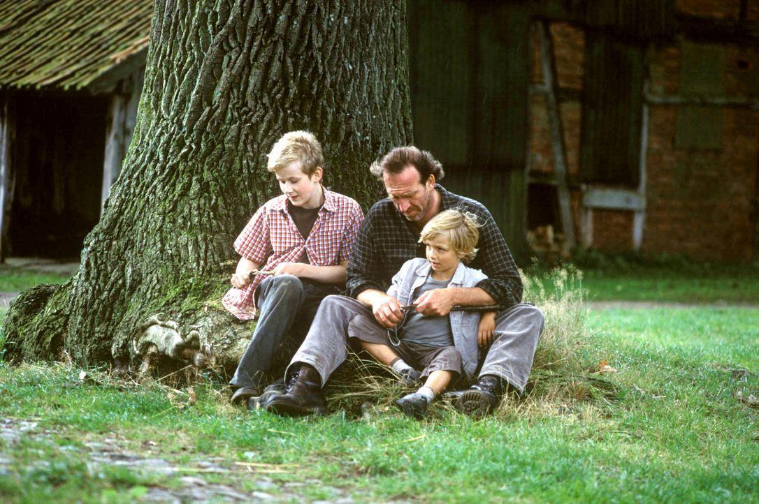 """Maria-Luise bewirbt sich bei Bauer Karl (Jochen Nickel, M.) und dessen Söhnen Paul (Oskar Hassler, l.) und Lukas (Neal Thomas, r.) als """"Mädchen für... - Bildquelle: Sat.1"""