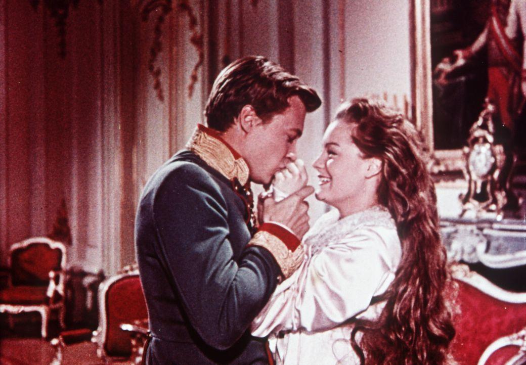 Kaiser Franz-Joseph von Österreich (Karlheinz Böhm, l.) und die blutjunge Sissi (Romy Schneider, r.) haben endlich geheiratet ... - Bildquelle: Herzog-Filmverleih