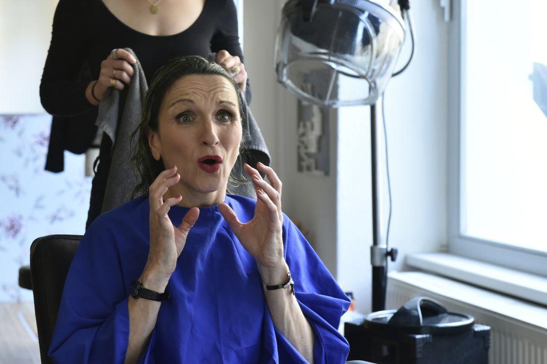 Auch Sylvia (Eva Mannschott) ist entsetzt und wütend, was der Friseur mit ihren Haaren gemacht hat ... - Bildquelle: Claudius Pflug SAT.1