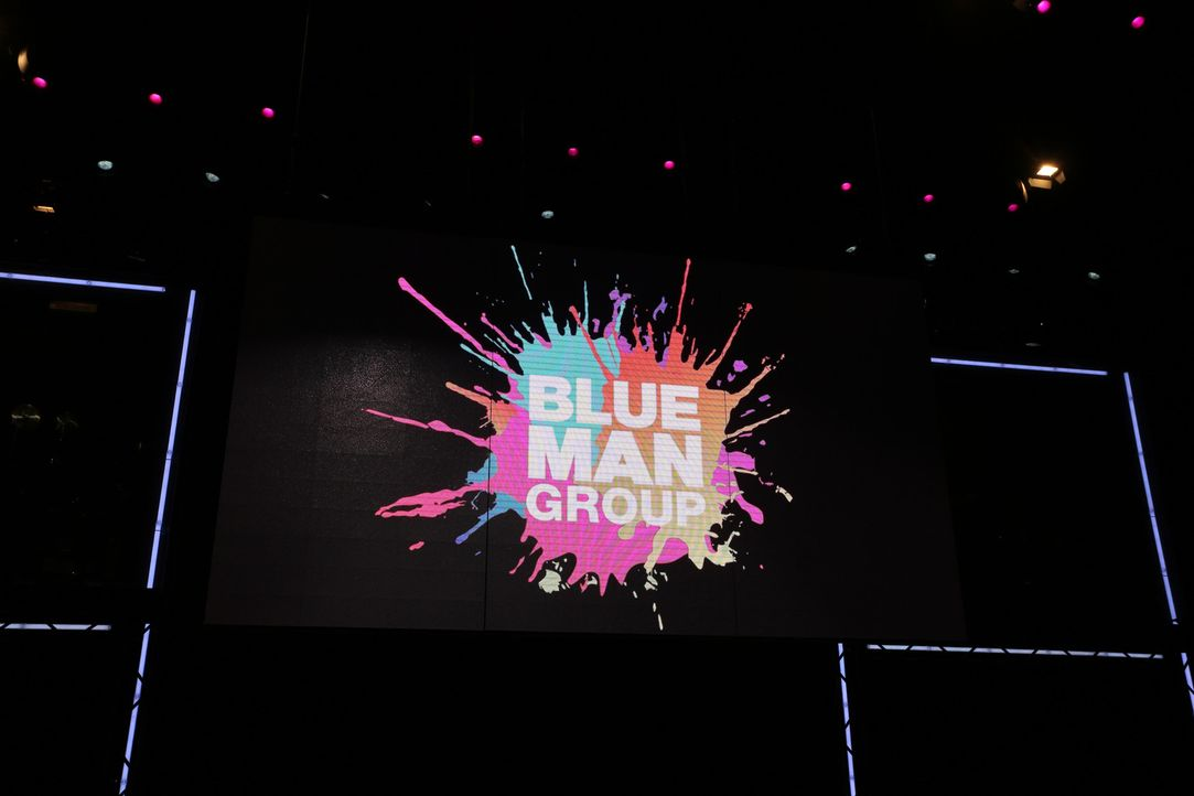 """Henning Wehland erfüllt Tim einen großen Wunsch: Er darf bei der """"Blue Man Group"""" mitauftreten ... - Bildquelle: SAT.1"""