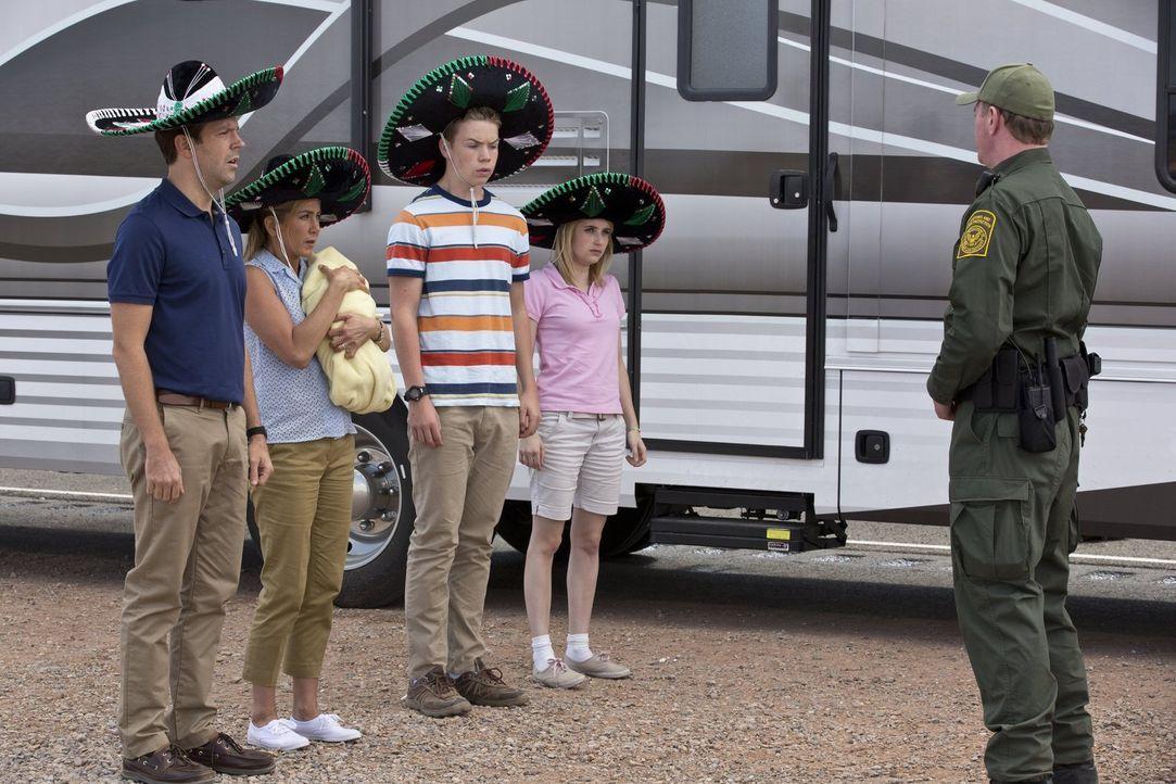 Oh shit! Kaum an der mexikanischen Grenze, da wird das Wohnmobil von David (Jason Sudeikis, l.), Rose (Jennifer Aniston, 2.v.l.), Kenny (Will Poulte... - Bildquelle: 2013 Warner Brothers.  All rights reserved.