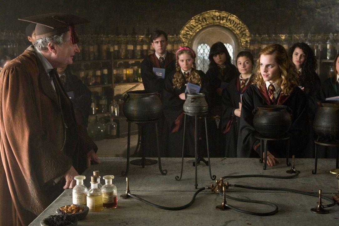 Schon bald kann Hermine (Emma Watson, r.) den Zaubertrank-Professor Horace Slughorn (Jim Broadbent, l.) von ihren umfassenden Kenntnissen überzeuge... - Bildquelle: Warner Brothers