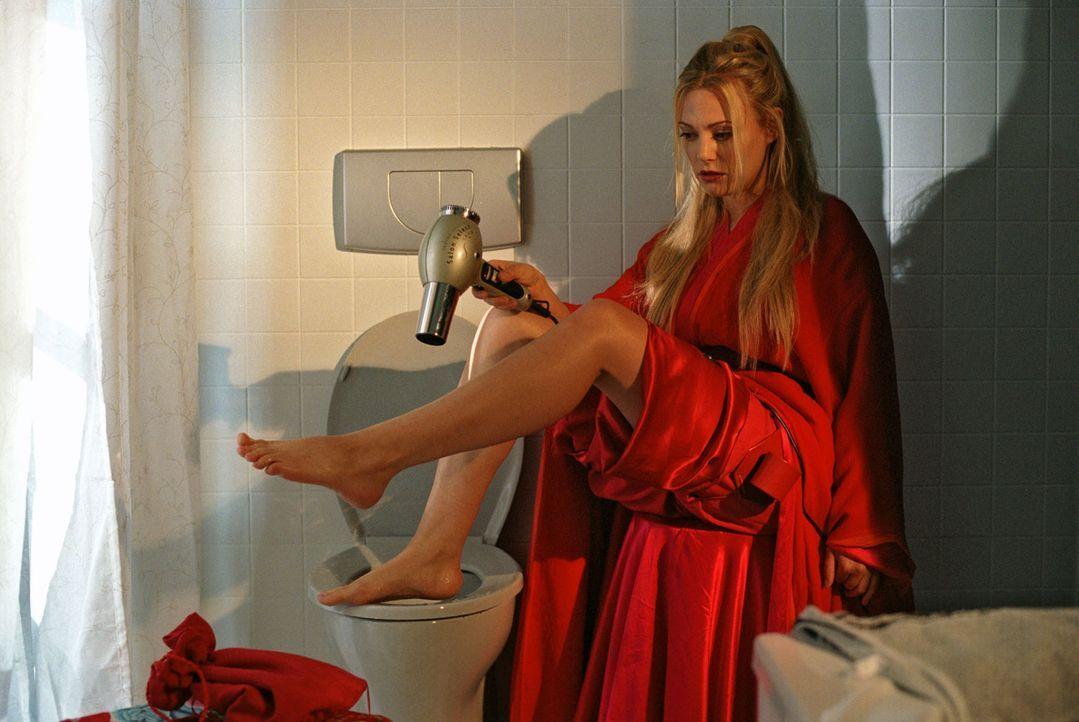 Mechthilde (Eva Hassmann) nutzt die Toilette auf eigenwillige Art und Weise. - Bildquelle: Sat.1
