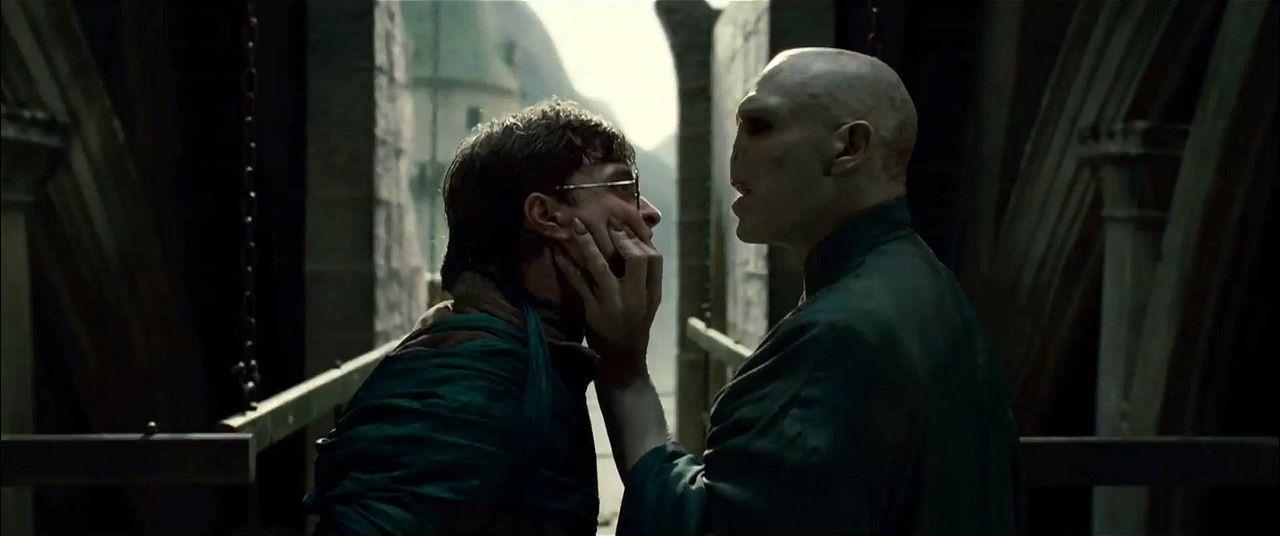 Dunkle Zeiten warten auf Zauberlehrling Harry Potter (Daniel Radcliffe, l.) und seine Freunde: Lord Voldemort (Ralph Fiennes, r.) und seine Anhänger... - Bildquelle: Warner Bros. Entertainment Inc.