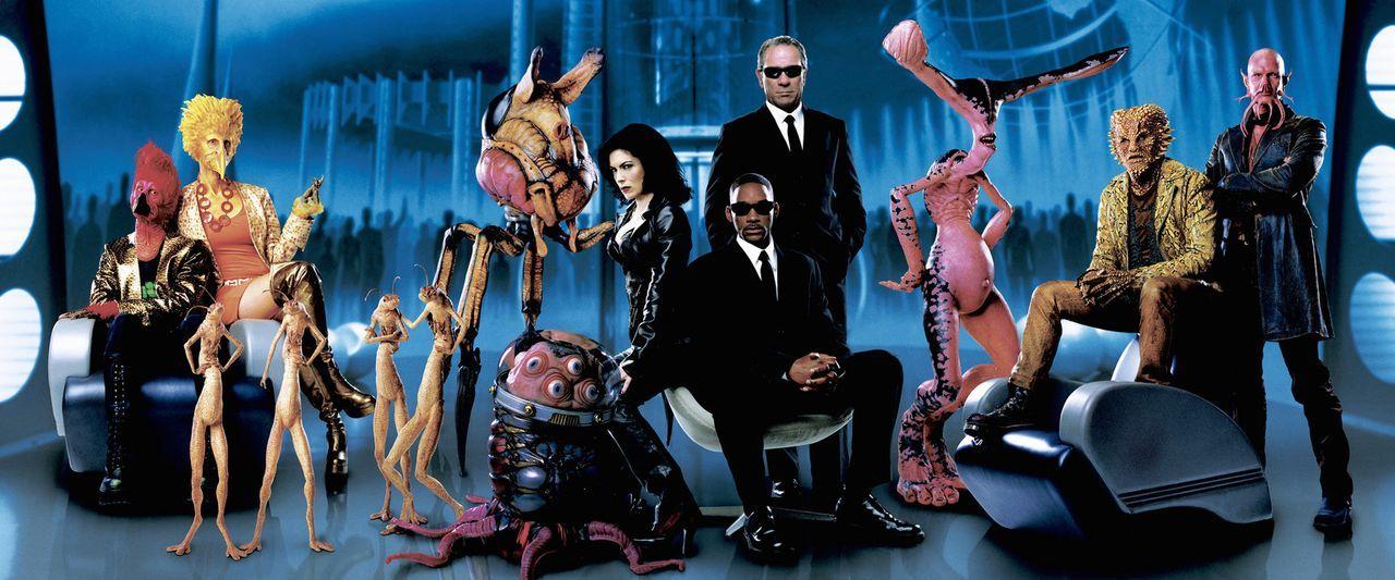 Für Agent J (Will Smith, r.) und Agent K (Tommy Lee Jones, M.) ist es nicht immer leicht zwischen Gut und Böse zu unterscheiden, nur bei Serleena... - Bildquelle: 2003 Sony Pictures Television International