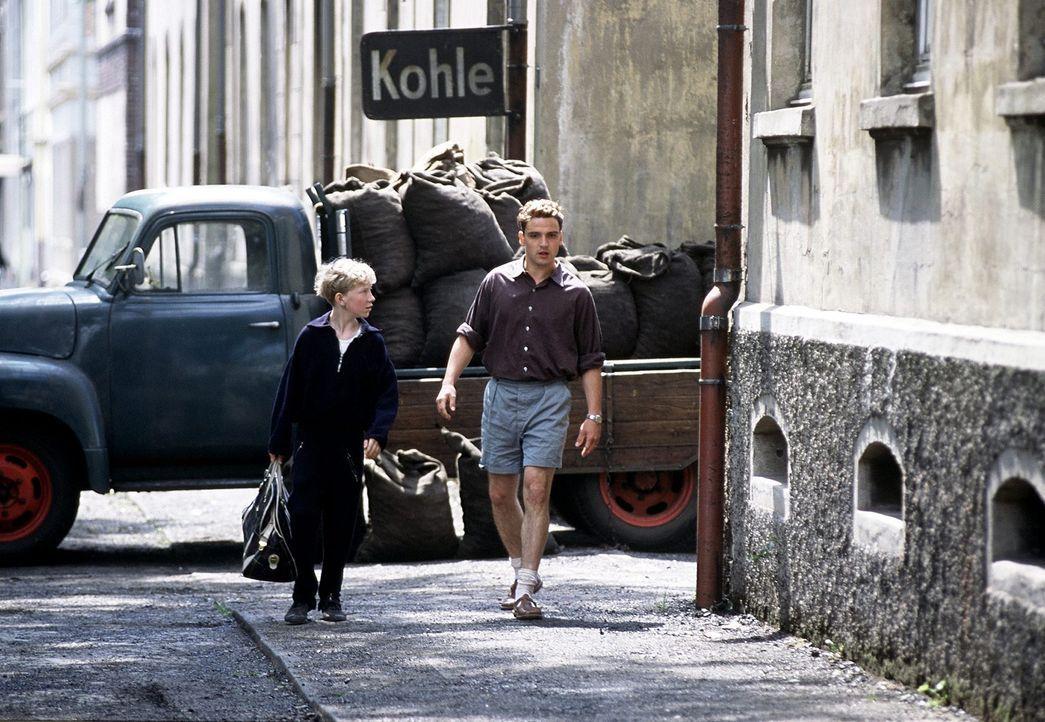 Matthias' (Louis Klamroth, l.) Vorbild und Vaterfigur ist der junge Essener Fußballer Helmut Rahn (Sascha Göpel, r.), der den Jungen als Taschenträg... - Bildquelle: Senator Film