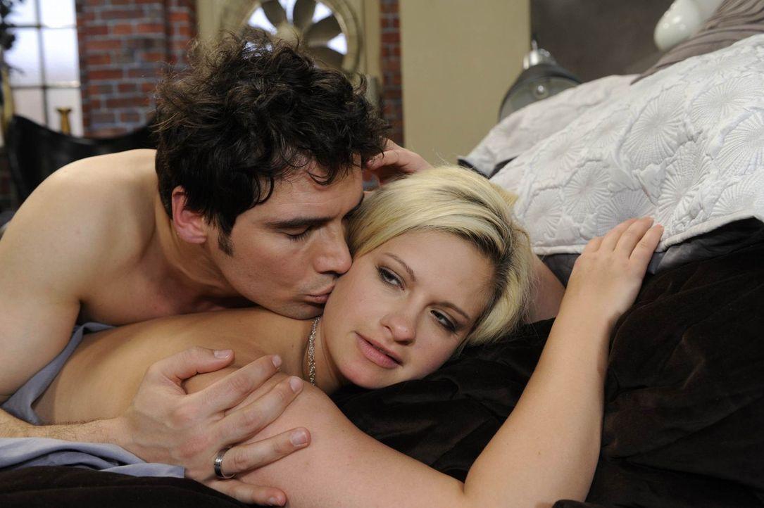 Alexander (Paul Grasshoff, l.) und Mia (Josephine Schmidt, r.) können ihre Gefühle füreinander nicht länger unterdrücken ... - Bildquelle: SAT.1