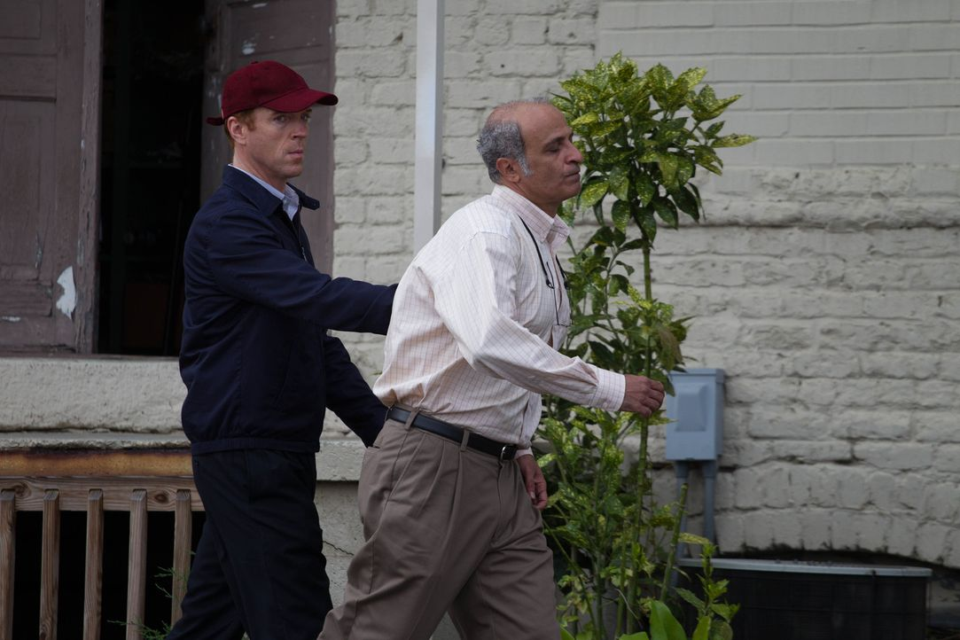 Brody (Damian Lewis, l.) hat von Roya den Auftrag erhalten, Schneider Bassel (Nasser Faris, r.) in Sicherheit zu bringen. Doch dieser traut ihm nich... - Bildquelle: 20th Century Fox International Television