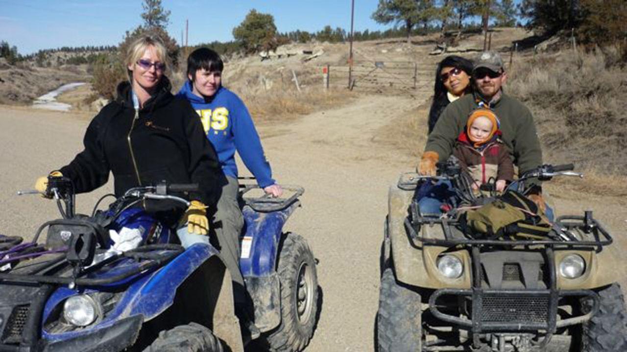 Bei Familie Dahl in Montana werden Anna (2.v.l.) und Pisei (M.) mit Strenge und Disziplin konfrontiert ... - Bildquelle: kabel eins