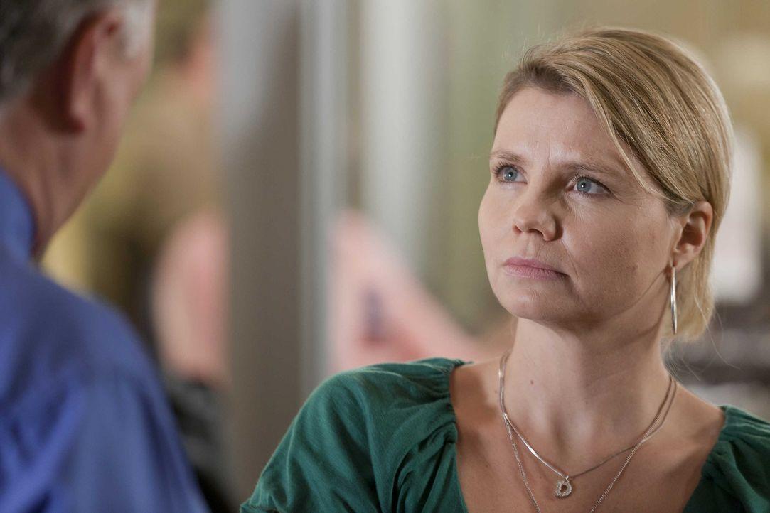 Während Kurt sich über den kaputten Fernseher ärgert, hat es Danni (Annette Frier) mit einem ganz besonderen Fall zu tun ... - Bildquelle: SAT.1