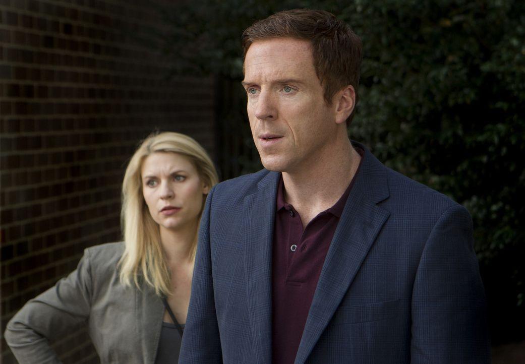 Die Ermittlungen und Überwachungen von Brody (Damien Lewis, r.) gehen für Carrie (Claire Danes, l.) weiter ... - Bildquelle: 20th Century Fox International Television