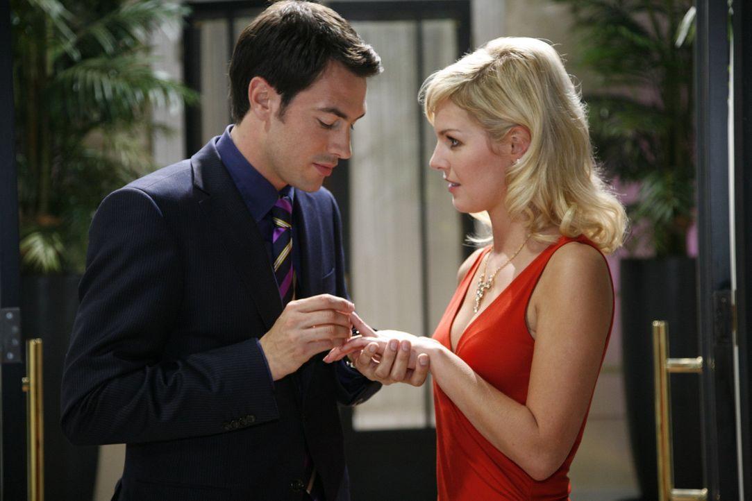 Mark (Arne Stephan, l.) macht nun endlich seiner Alexandra (Ivonne Schönherr, r.) öffentlich einen Heiratsantrag ... - Bildquelle: Sat.1
