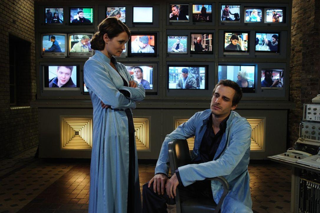 Schon bald wird Danielle (Anja Kling, l.) klar, dass sich ihr Kollege Uriel (Max von Thun, r.), der seit mehr als 3.000 Jahren mit ihr gemeinsam als... - Bildquelle: SAT.1