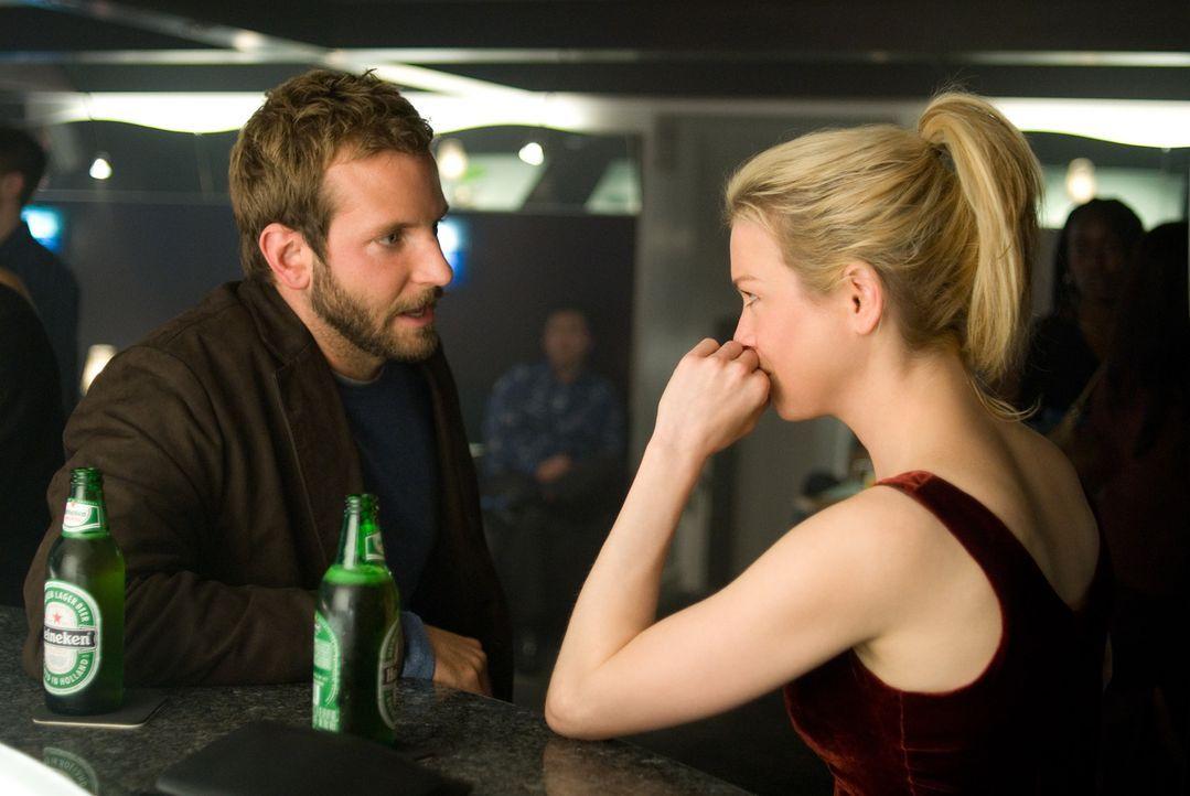 Ahnen noch nicht, dass sich bei ihnen ein Wolf im Schafspelz eingenistet hat: Doug (Bradley Cooper, l.) und Emily (Renée Zellweger, r.) ... - Bildquelle: Kimberley French 2010 PARAMOUNT PICTURES.  All Rights Reserved.