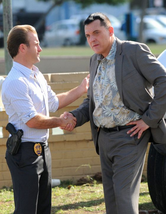 Müssen in einem neuen Fall zusammenarbeiten: Danny (Scott Caan, l.) und Chief Fryer (Tom Sizemore, r.) ... - Bildquelle: TM &   CBS Studios Inc. All Rights Reserved.