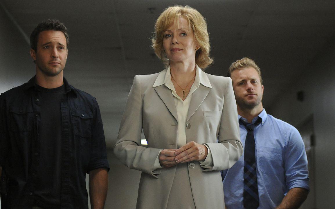 Gouverneurin Pat Jameson (Jean Smart, M.) setzt Danny (Scott Caan, r.) und Steve (Alex O'Loughlin, l.) auf einen neuen fall an, bei dem die beiden j... - Bildquelle: TM &   2010 CBS Studios Inc. All Rights Reserved.