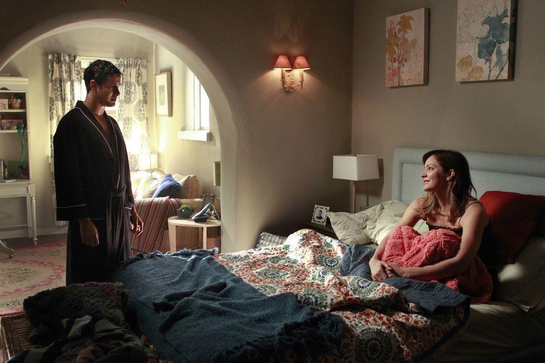 Lassen sich Walter (Elyes Gabel, l.) und Paige (Katharine McPhee, r.) tatsächlich aufeinander ein? - Bildquelle: Cliff Lipson 2014 CBS Broadcasting, Inc. All Rights Reserved