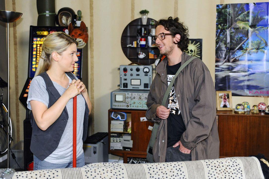 In ihrer neuen Wohnung trifft Anna (Jeanette Biedermann, l.) auf ihren Vermieter Todde (Marian Meder, r.). - Bildquelle: Sat.1