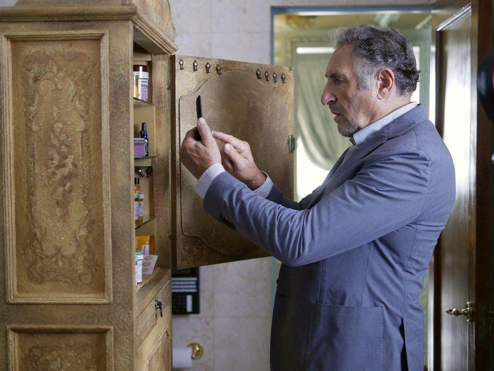 Abe (Judd Hirsch) hegt einen abscheulichen Verdacht ... - Bildquelle: Warner Brothers