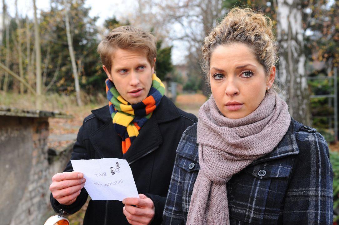 Nina ist schockiert, als sie einen geheimnisvollen Brief erhält, der auf ihre Unschuld hinweist. (v.l.n.r.) Jojo (Bernhard Bozian) und Nina (Maria... - Bildquelle: SAT.1