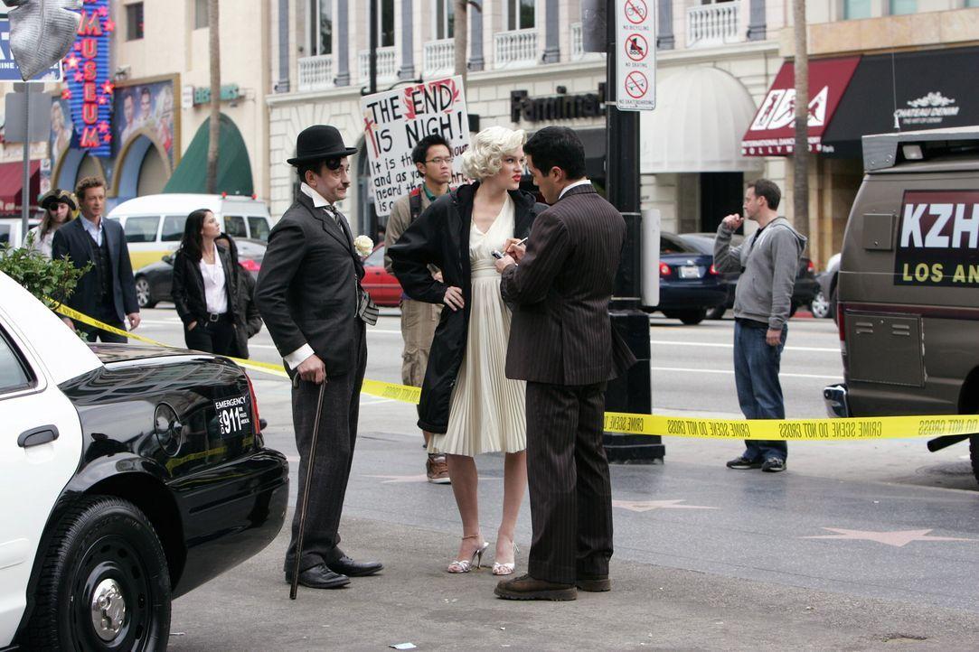 Hollywood-Produzenten Felix Hanson wurde tot aufgefunden. Um den Fall aufzudecken werden am Set Charlie Chaplin (Ravil Isyanov, vorne l.) und Maryli... - Bildquelle: Warner Bros. Television