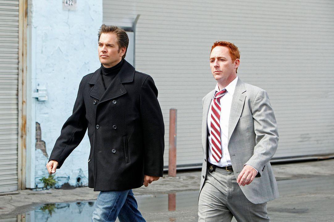 Rückblick ins Jahr 2001: Tony (Michael Weatherly, l.) und sein Partner Danny (Scott Grimes, r.) bei der Arbeit ... - Bildquelle: CBS Television