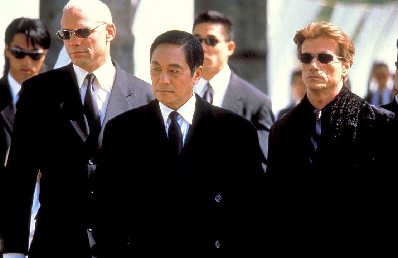 Mr. Wei (Kenneth Tsang, M.) und seine rechte Hand Kogan (Jürgen Prochnow, r.) setzen einen Mörder auf den kleinen Sohn eines Polizisten an. Wider Er... - Bildquelle: Columbia Tri-Star