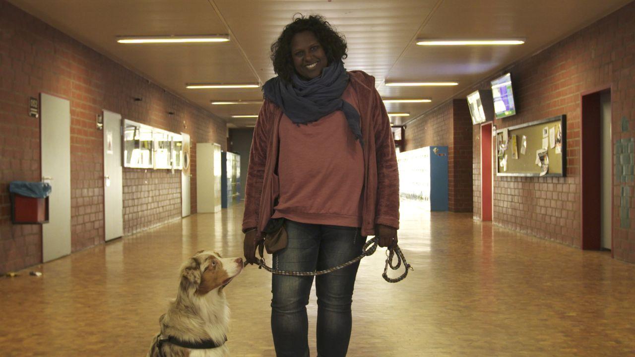 Mit ihren Therapiehunden ist Shantha Eckardt aus dem Team nicht wegzudenken. Die Hunde sind Türöffner, Brücke und Motivator. - Bildquelle: SAT.1
