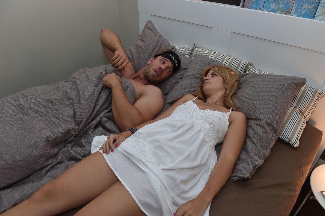 Mila (Susan Sideropoulos, l.) muss sich eingestehen, dass ihr Casual-Sex Date Ralph (Dominic Boeer, r.) keine erotische Stimmung aufkommen lässt ... - Bildquelle: Andre Kowalski SAT.1
