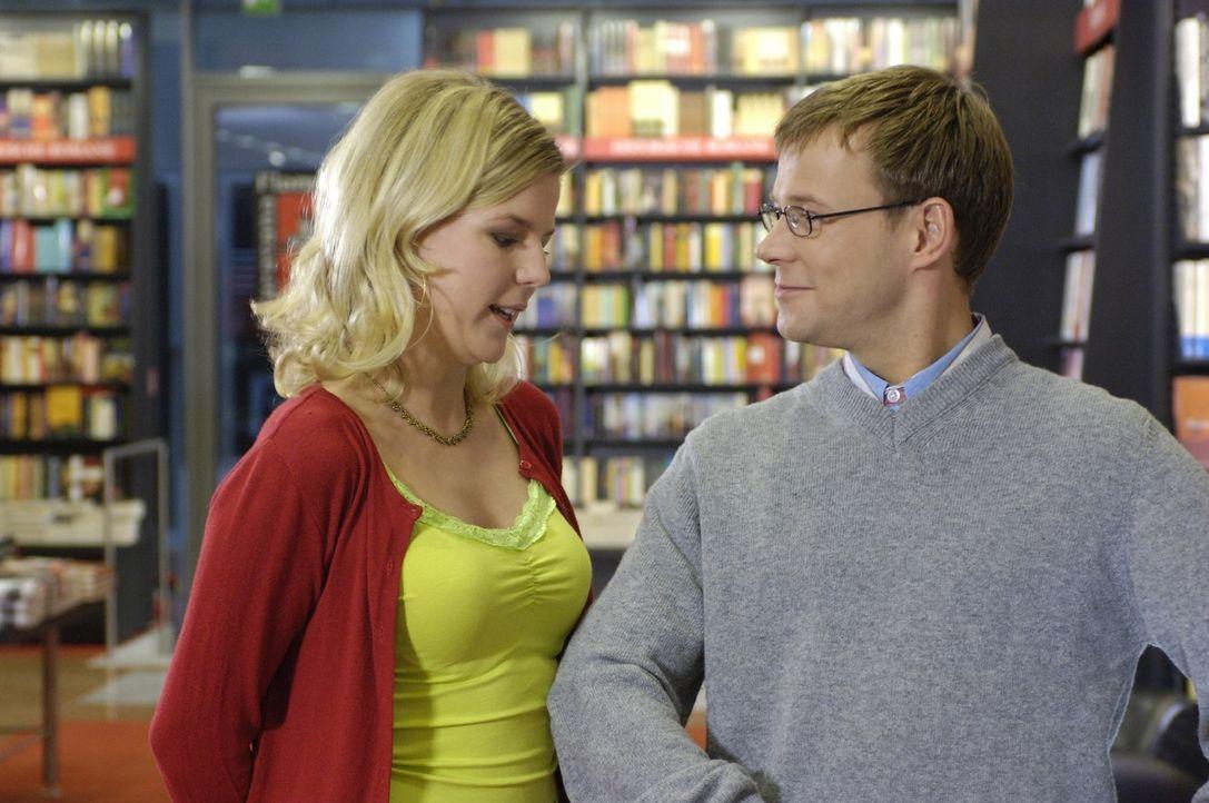 Mathias (Mathias Schlung, r.) glaubt, dass eine Buchhandlung der optimale Ort ist, um intellektuelle Frauen wie Mirja (Mirja Boes, l.) kennenzulernen. - Bildquelle: Sat.1