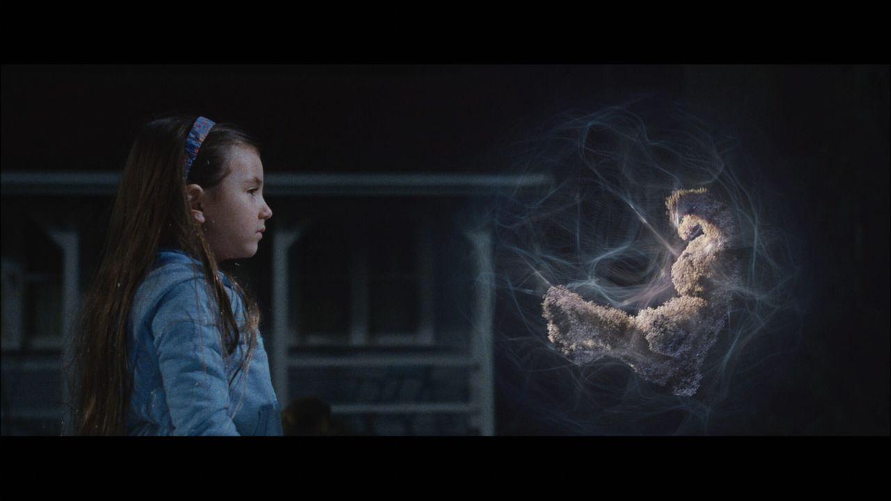 Ein Ding aus der Zukunft fällt vom Himmel und in die Hände der Geschwister Noah und Emma (Rhiannon Leigh Wryn). Sie taufen das sprechende Stoffkan... - Bildquelle: Warner Brothers