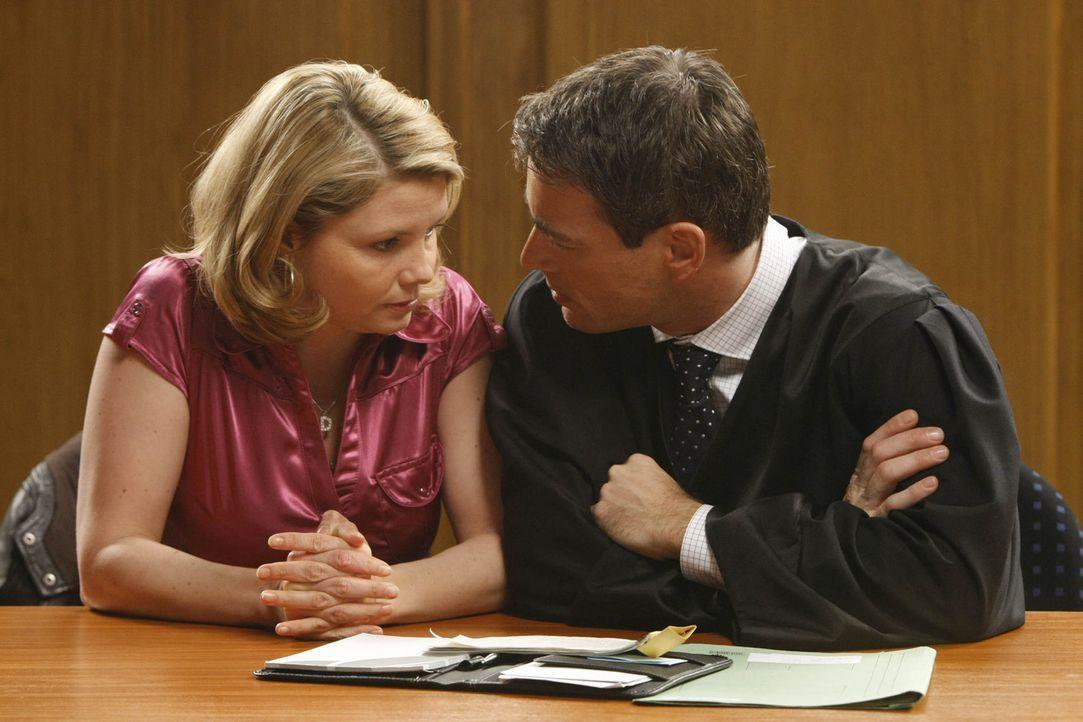 Versuchen, den Kampf vor Gericht gegen Andi zu gewinnen: Danni (Annette Frier, l.) und Oliver (Jan Sosniok, r.) ... - Bildquelle: SAT.1