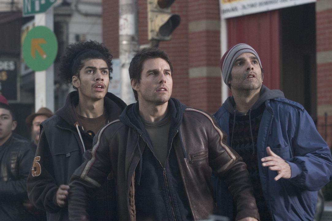 Ray Ferrier (Tom Cruise) traut seinen Augen nicht: Ein regelrechtes Blitzgewitter saust auf die Erde nieder und schlägt riesige Blitzeinschlagskrat... - Bildquelle: 2004 Paramount Pictures All Rights Reserved.