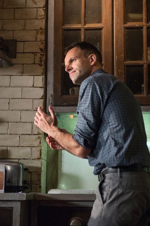 Erst geht es nur um eine gestohlene Software, doch dann muss Holmes (Jonny Lee Miller) einen Mörder finden ... - Bildquelle: CBS Television