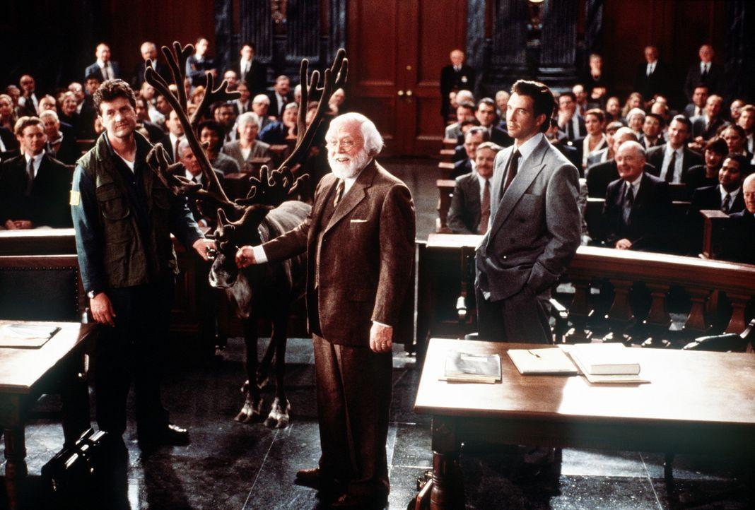 In göttlicher Mission unterwegs? Mit Hilfe seines Anwalts Bryan Bedford (Dylan McDermott, r.) will Kriss Kringle (Richard Attenborough, M.) beweise... - Bildquelle: 20th Century Fox