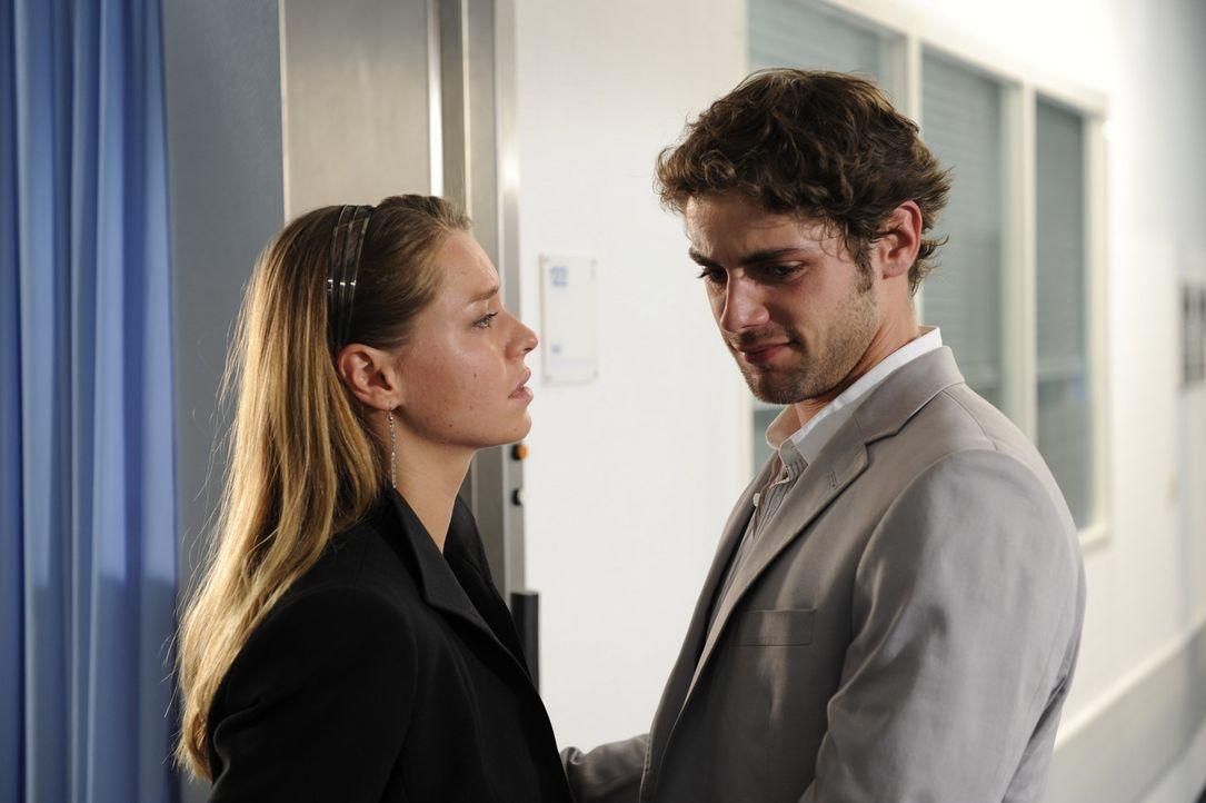 Katja (Karolina Lodyga, l.) versucht Jonas (Roy Peter Link, r.) zu trösten ... - Bildquelle: Sat.1